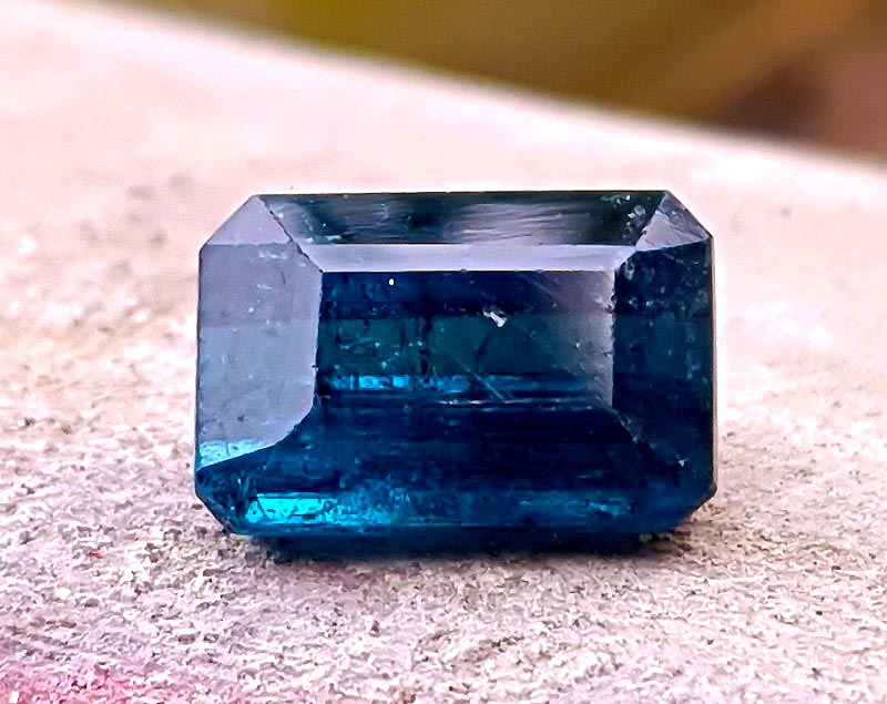pierre tourmaline bleue